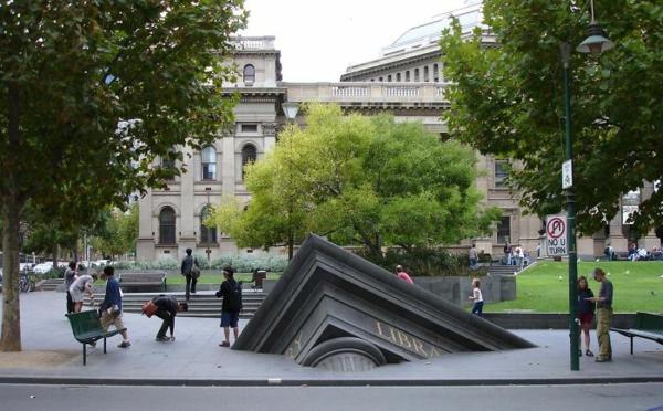künstler-skulpturen-sikendes-gebäude-australia
