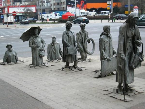künstler-skulpturen-statue-der-anonymen-fussganger-poland