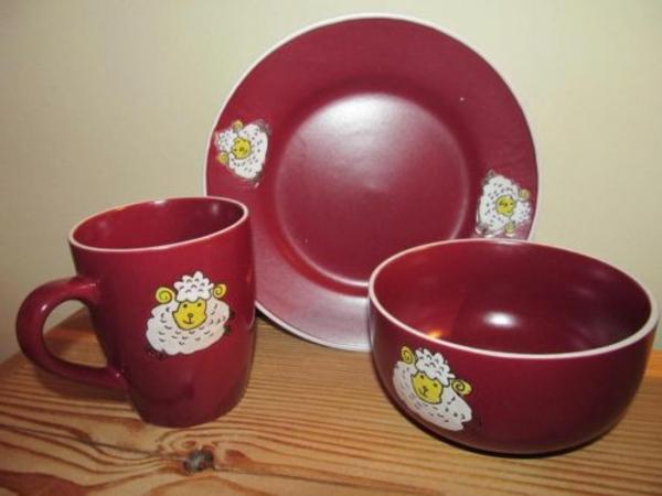 kindergeschirr-aus-porzellan-rote-farbe- schaf bemalung