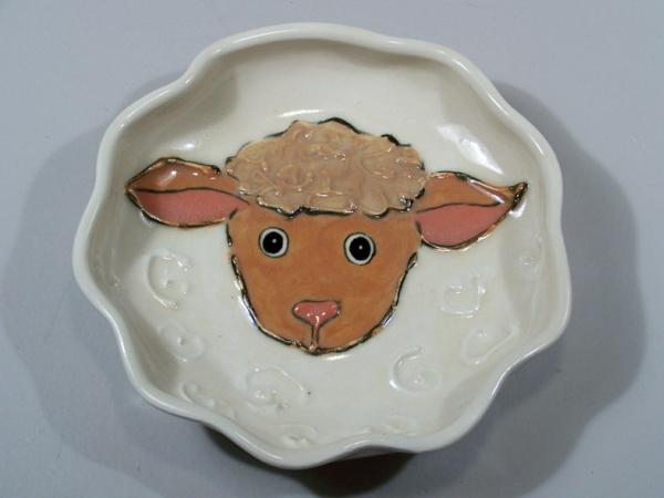 kindergeschirr-aus-porzellan-schöner-teller-mit-einem-schaf- foto von oben genommen