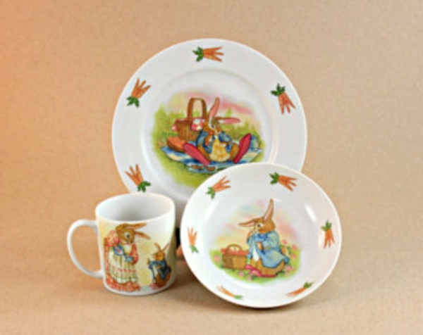 kindergeschirr-aus-porzellan-zwei-teller-und-eine-tasse