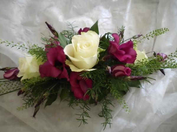 tolle-kleine-Tischgestecke-für-Hochzeitcyclamefarben