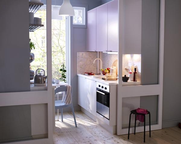 kleine-küche-in-weiß-und-lila-gestalten