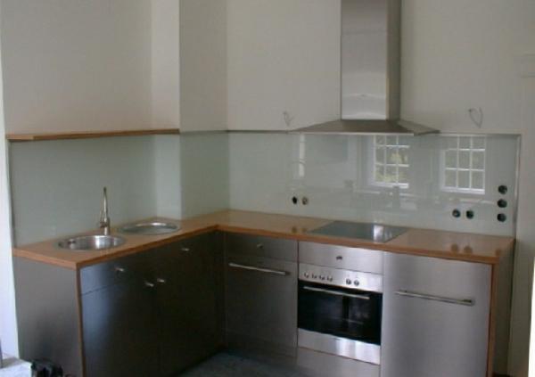 kleine-küche-mit-einer-küchenrückwand-aus-glas- schränke aus metall