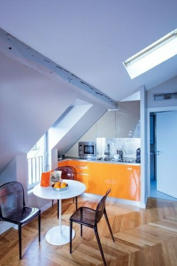 kleine-küche-mit-orangen-schränken-unter-dem-Dach