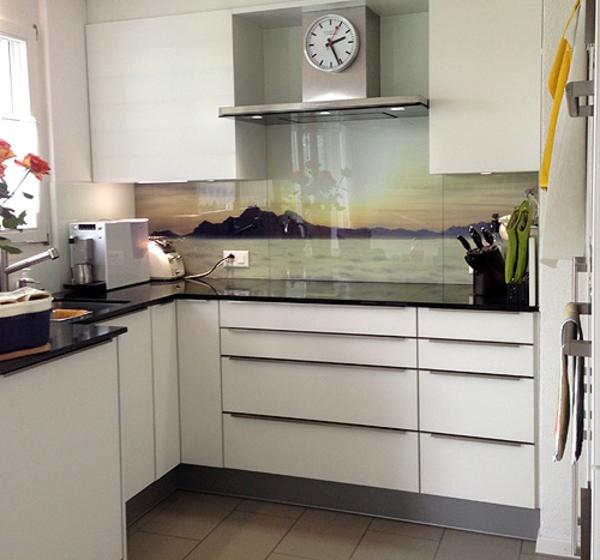 Idee moderne weisse küche mit kochinsel : kleine-weiße-küche-mit-einer-küchenrückwand-aus-glas - mit einem ...