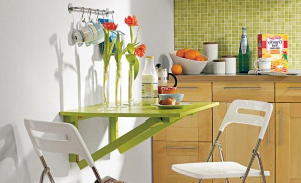 kleiner-tisch-für-die-küche-mit-blumen-dekoriere