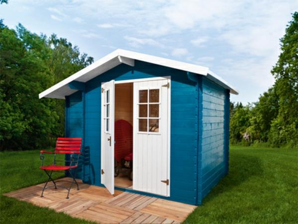 kleines-blaues-gartenhaus- roter stuhl