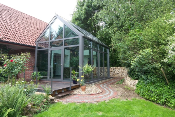 kleines-schönes-modernes-glashaus-grünes gras