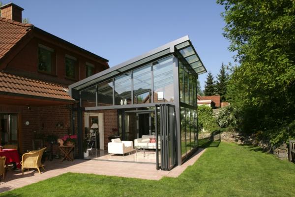 kleines-ungewönliches-modernes-glashaus- schöne naturumgebung