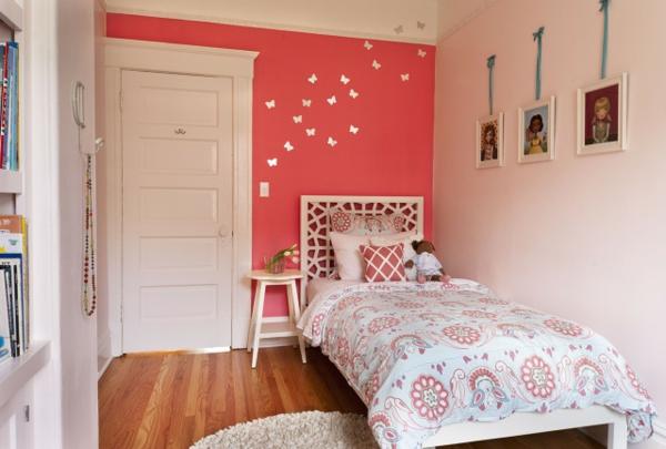 kleines zimmer gestalten pinke wandfarbe eine puppe auf dem bett - Kleines Zimmer Streichen
