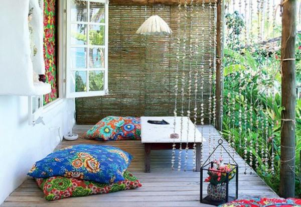 kreativ-gestaltete-orientalische-sitzkissen-super gemütliche terrasse ausstatten