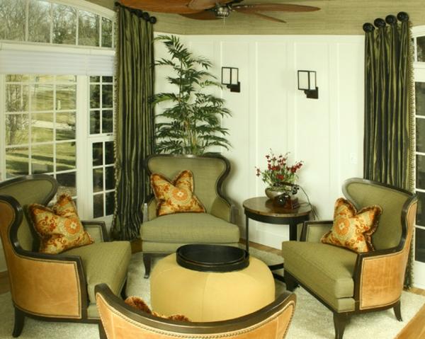 kreativ-gestaltetes-wohnzimmer-mit-wandfarbe-olivgrün-viele sessel