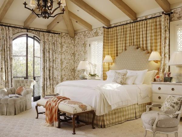 kreative-gardinen-ideen-helles-schlafzimmer-schöner kronleuchter