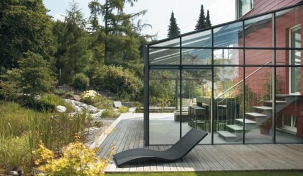 kreative-gestaltung-modernes-glashaus- liegestuhl