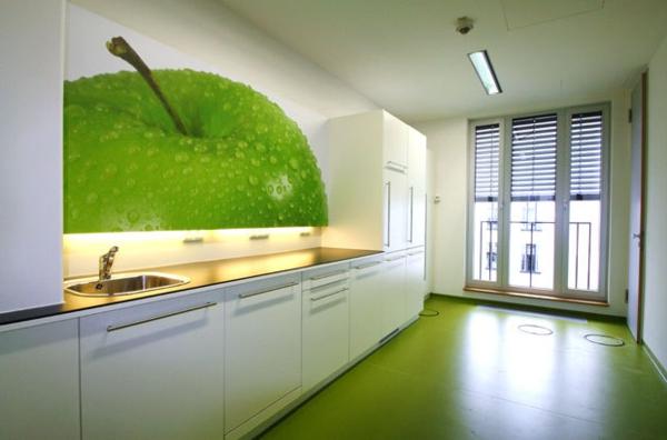 kreative-wandgestaltung-in-der-küche-mit-apfelwand