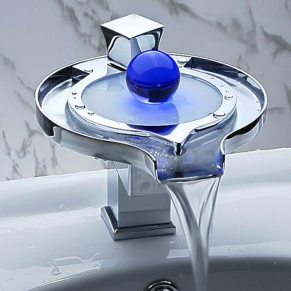 kreative-waschbecken-blauer-akzent