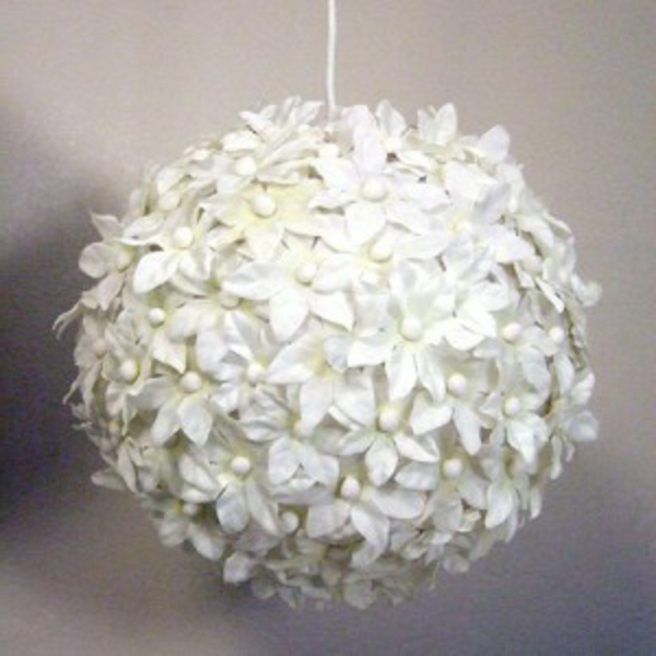 kugelförmige-papier-lampe-kleine weiße blümchen