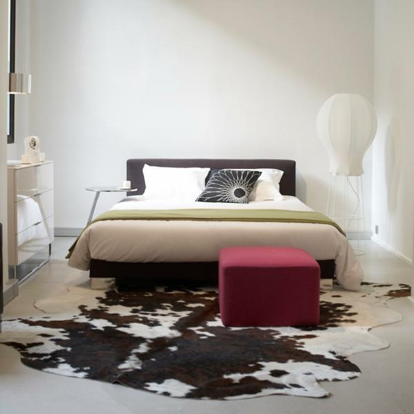 Kuhfellhocker Oder Sessel - Wie Kann Man Extravagant Sein ... Kuhfell Teppich Wohnzimmer