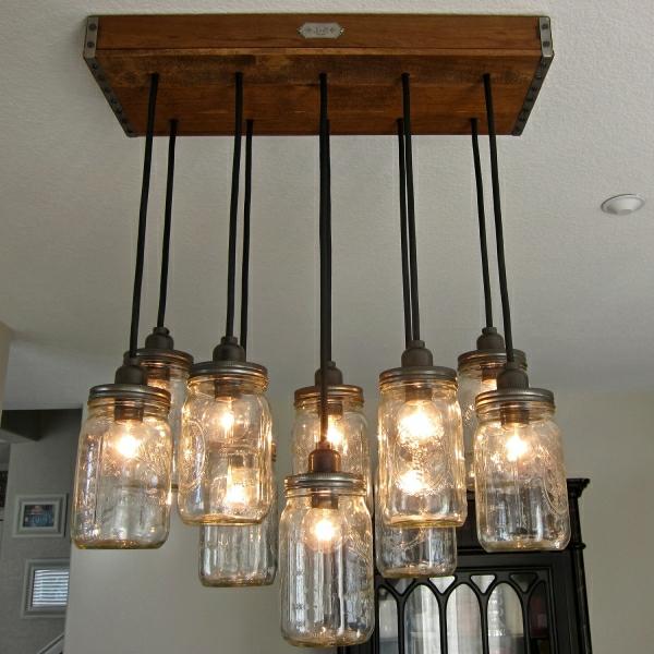 leere-gläser-und-holz-kron-hängende-lampe