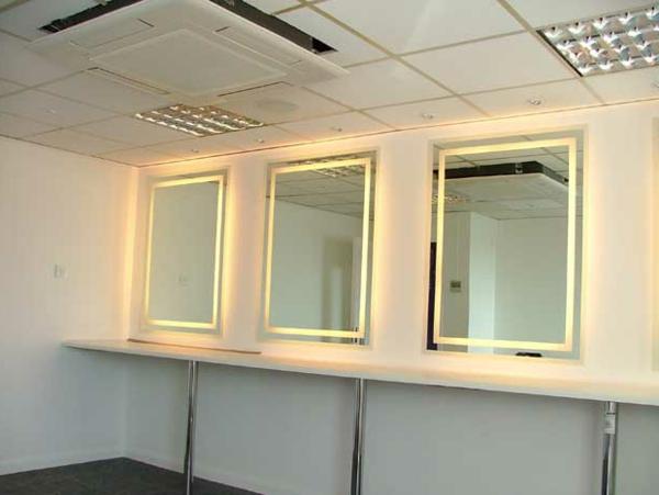 drei moderne spiegel mit intressanter beleuchutng