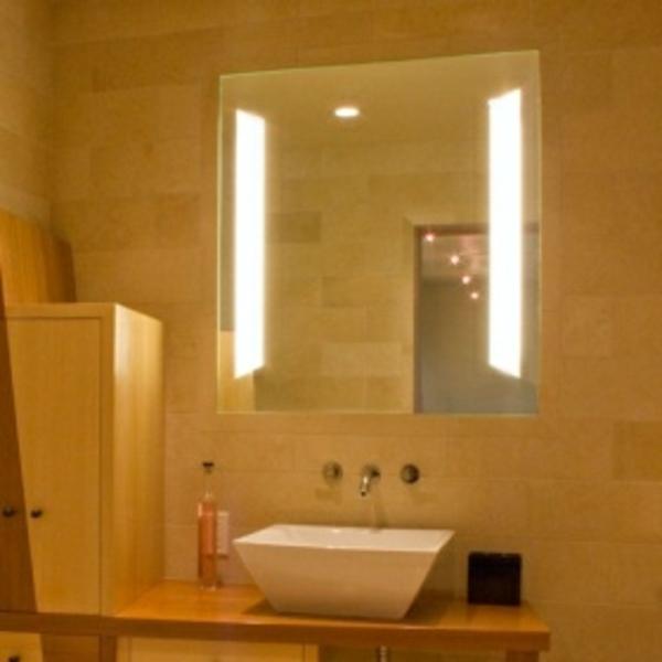 leuchten-für-spiegel-interessanter-look-kleines weißes waschbecken