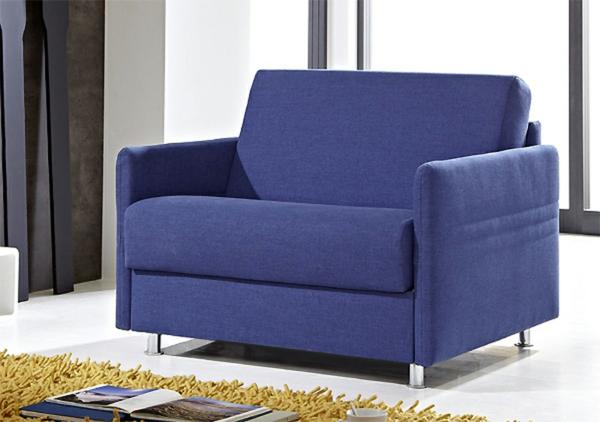 lila-ausziehbarer-schlafsessel im schönen wohnzimmer