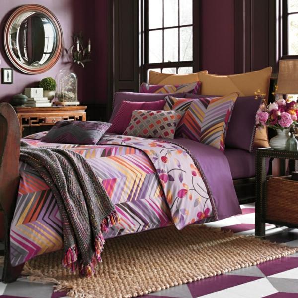 lila-bettwäsche-mit-ornamenten-für-ein-elegantes-schlafzimmer- runder spiegel
