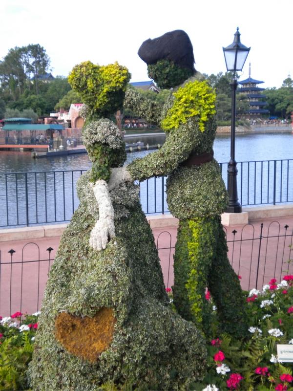 lustige-gartenfiguren--Disney-aschenputtel-Topiary