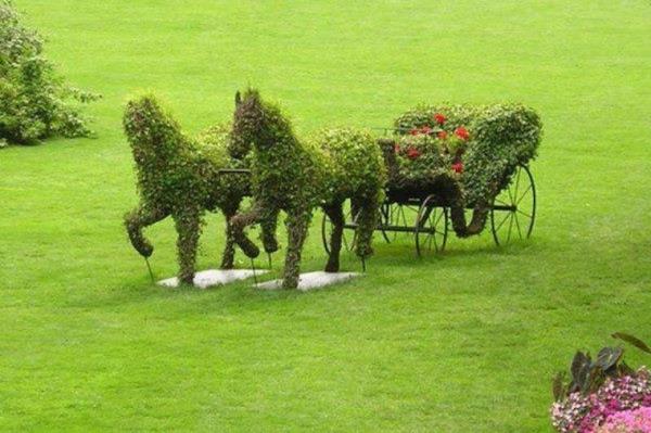 lustige-gartenfiguren-pferde