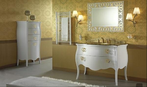 luxoriöses-badezimmer-mit-goldener-tapete-und-weiße-möbel