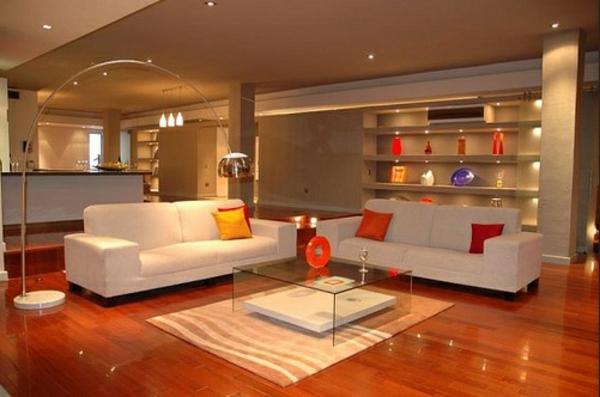 luxuriöses-wohnzimmer-mit-moderner-beleuchtung-zwei weiße sofas