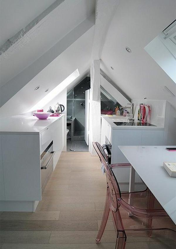 mansarde-küche-in-weißer-farbe-mit-holzboden