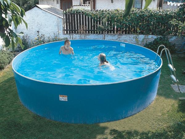 mobiler-pool-mit-runder-form-kinder-spielen- drin sind zwei kinder