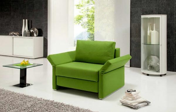 moderne-ausziehbare-sessel-in-grün- weiße gardinen dahinter