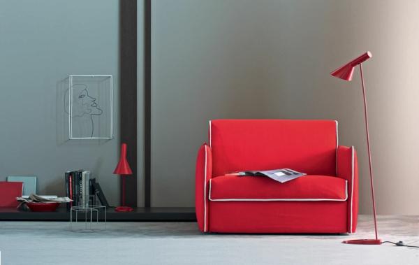 moderne-ausziehbare-sessel-in-rot-eine stehende lampe daneben
