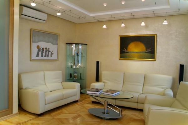 moderne-beleuchtungsideen-für-wohnzimmer- schönes bild über dem sofa