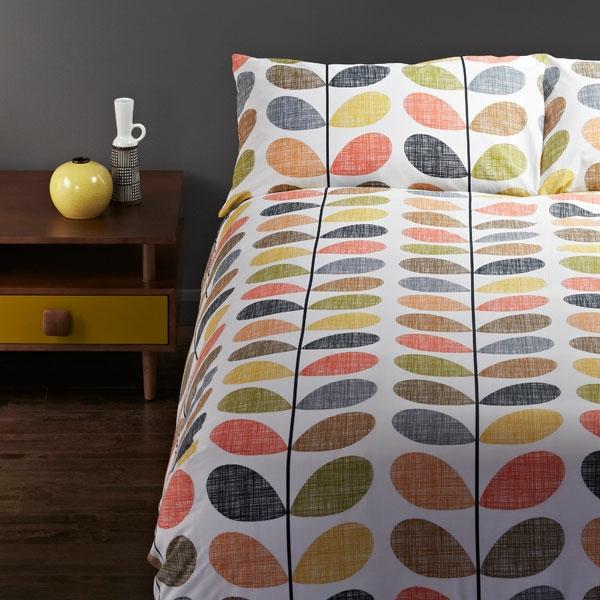 moderne-bettwäsche-mit-ornamenten-für-ein-schönes-schlafzimmer- ein tisch daneben