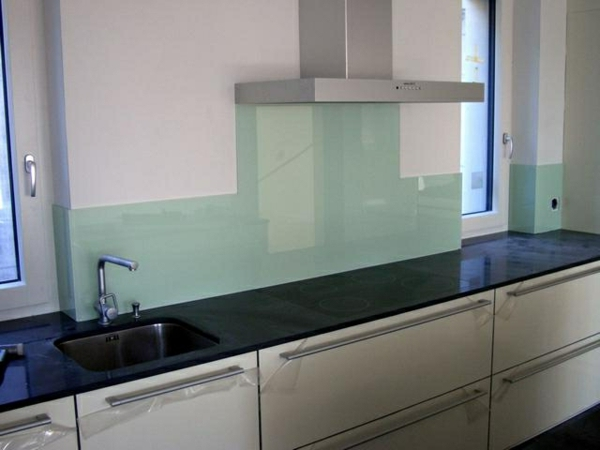 moderne-blaue-küchenrückwand-aus-glas - hell blaue farbe