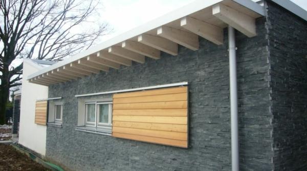 Moderne fassade für häuser auf einer etage weiße überdachung