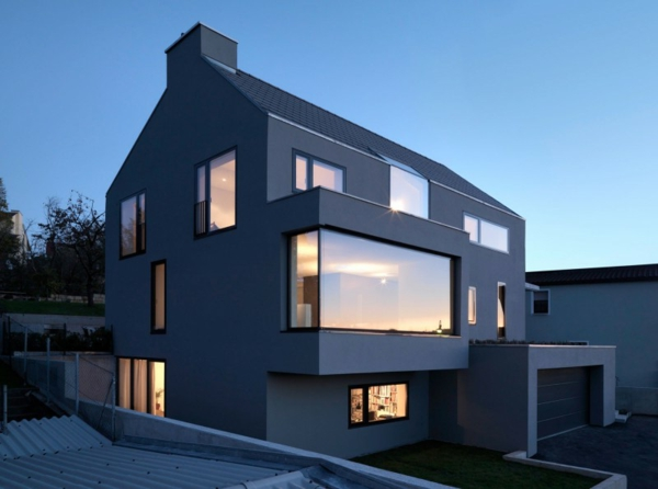 Moderne fassade für häuser dunkler look und eine glaswand