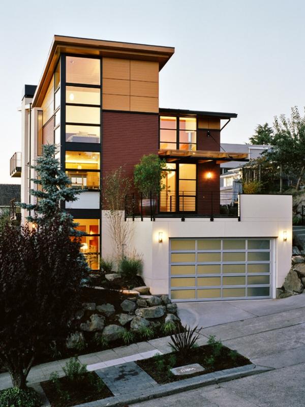 moderne-fassade-für-häuser-super-gestaltet- umgeben von grünen pflanzen