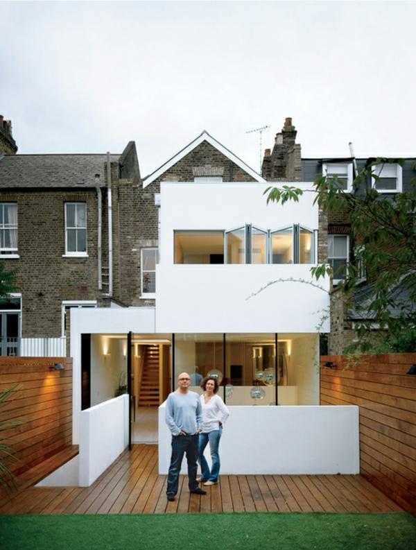 moderne-fassade-für-häuser-weiße-farbe- ein mann und eine frau davor