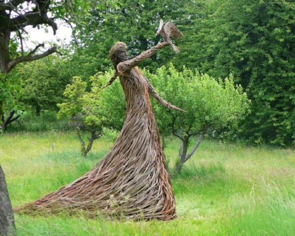 moderne-gartenskulpturen-frau