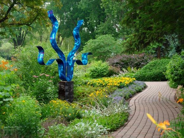 moderne-gartenskulpturen-reaching-out-blue