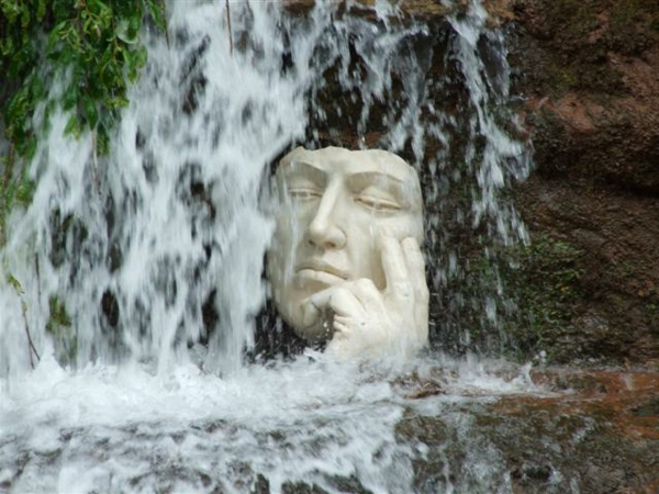 moderne-gartenskulpturen-wasserfall