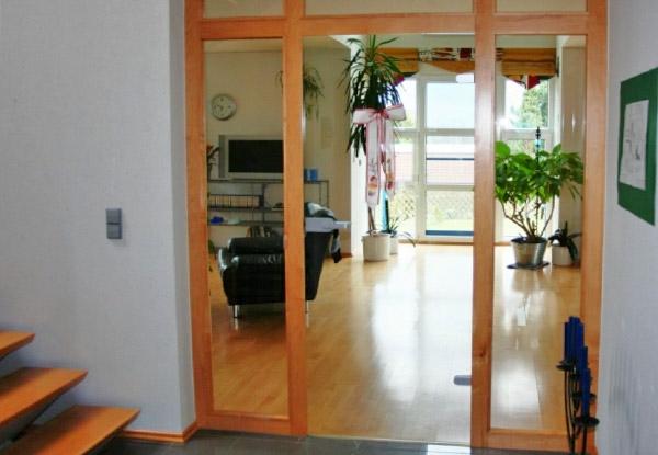 moderne-hochwertige-innentüre- hölzerne treppen daneben