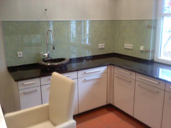 moderne-küchenrückwand-aus-glas- in einer kleinen schönen küche