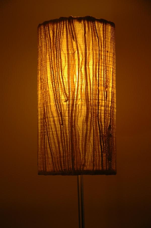 moderne-lampe-aus-papier-hintergrund in braun