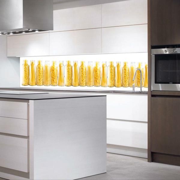 moderne-weiße-küche-mit-einer-interessanten-küchenrückwand-aus-glas- super schöner look
